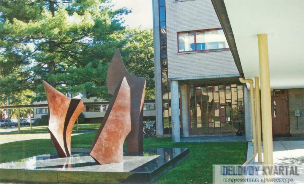 Оформление внутреннего двора абстрактной архитектурой. Гарвардский университет