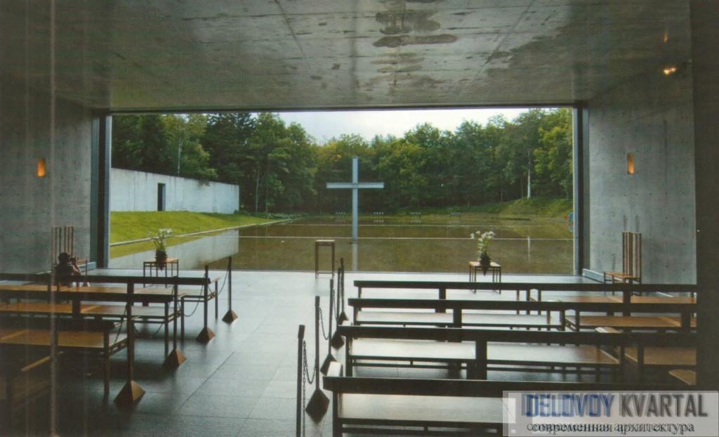 Вид из храма на водоем с крестом