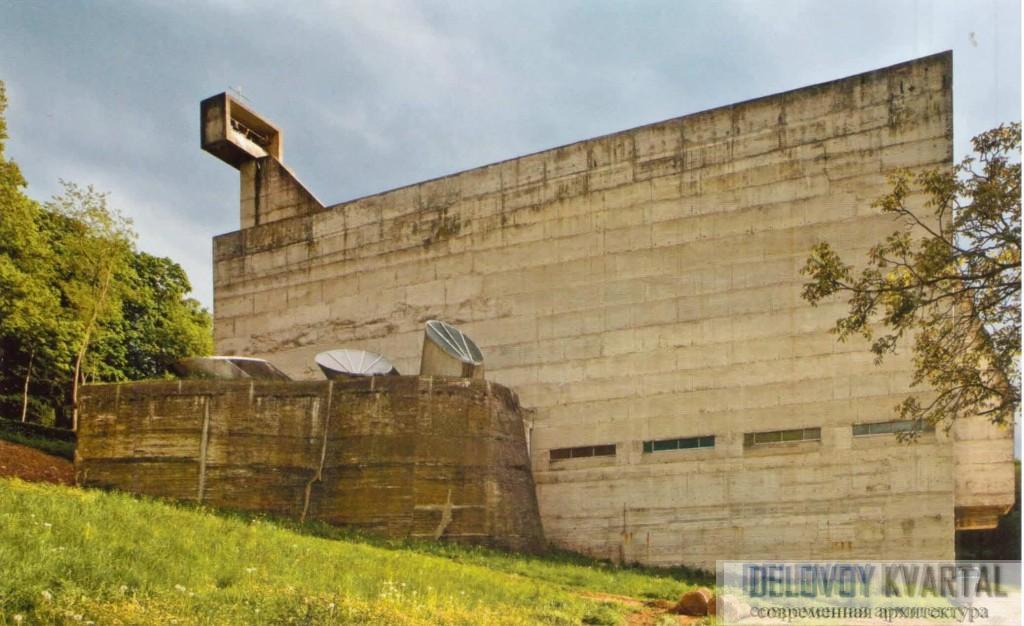Бетонная стена храма и капелла
