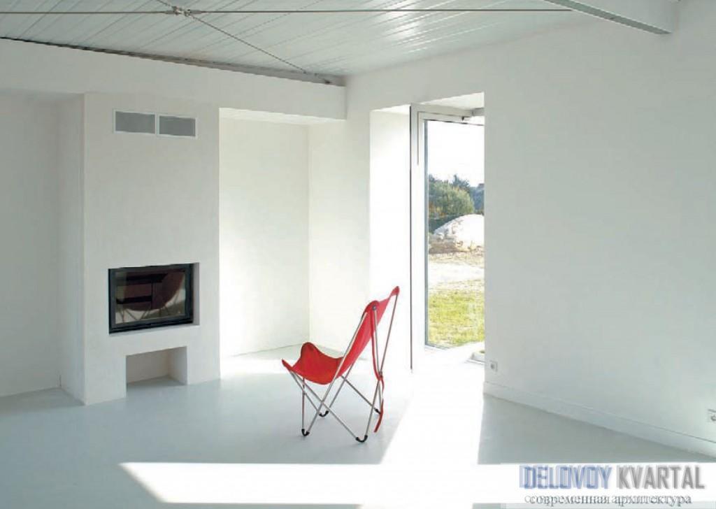 Поворотные двери, развернутые под 90 градусов, дают на полу косые блики. Коттедж на холме