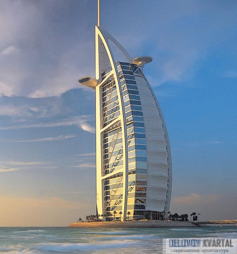Высотное здание гостиницы Burj al Arab, Дубаи, построенное прямо в море.