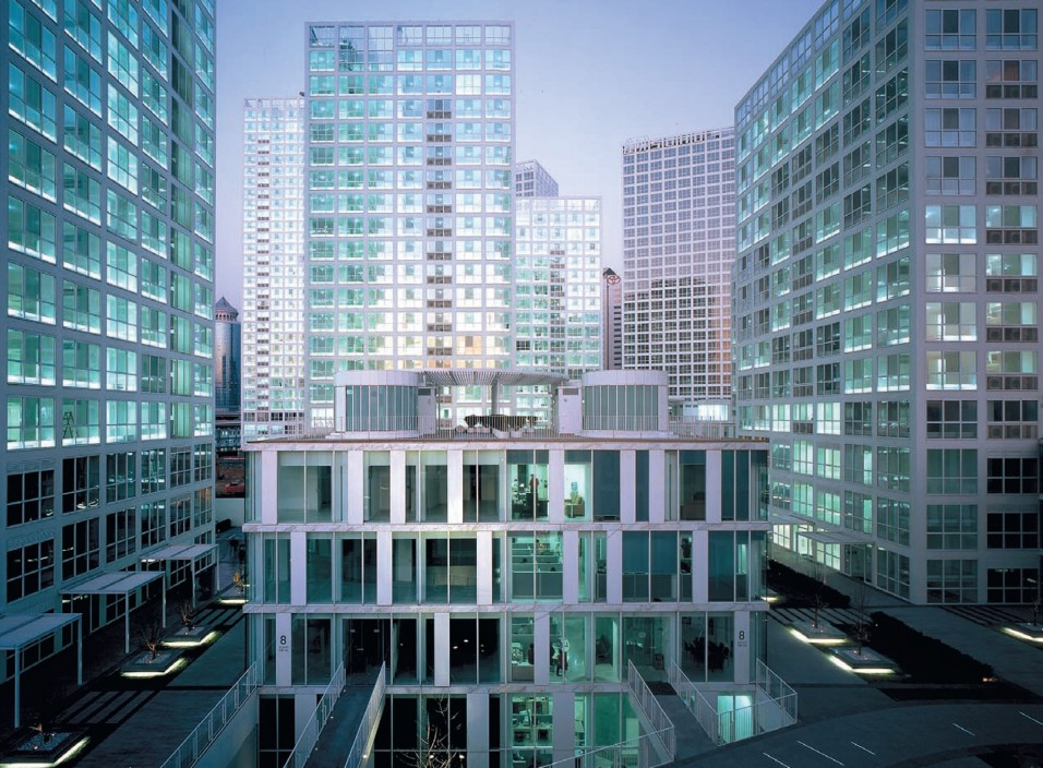 Между жилыми башнями располагаются так называемые «виллы» – небольшие здания, пространства которых сдаются под офисы