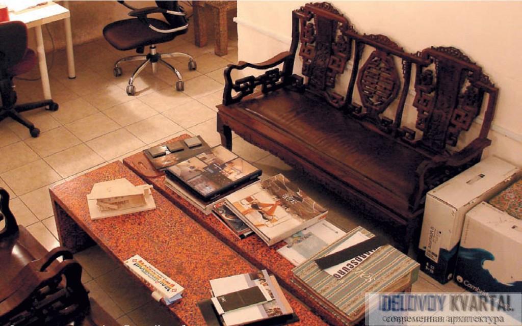 Интерьер архитектурного бюро. Зона переговоров в офисе Тотана Кузембаева (столы сделаны вручную)