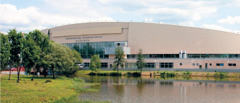 Вид на Конькобежный центр из-за реки Коломенки