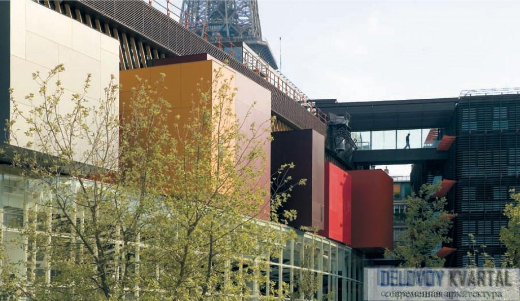 Северный фасад музея украшен консольно выступающими кубическими объемами