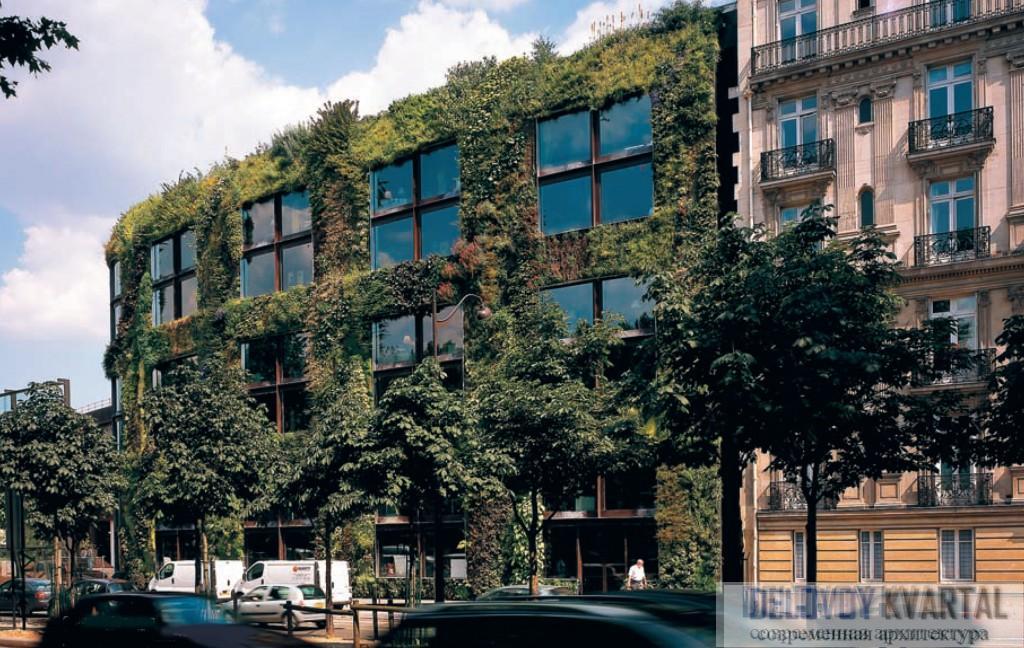 Один из фасадов административного здания музея превращен в вертикальный сад
