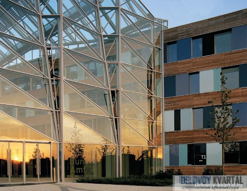 Перекрытое стеклянной крышей внутреннее пространство комплекса объединяет две зоны, условно обозначаемые как «атриум» и «форум»
