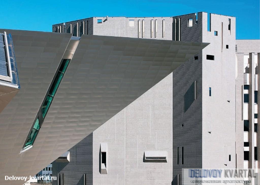 Музей искусств в Денвере. Новый титановый корпус в своей экстравагантности ничуть не уступает старому, создавая динамичный образ, отвечающий современным тенденциям развития искусства