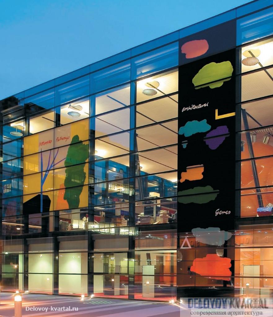 Стеклянные стены фасадов украсили панно художника-авангардиста Брюса МакЛина. Уильям Олсоп