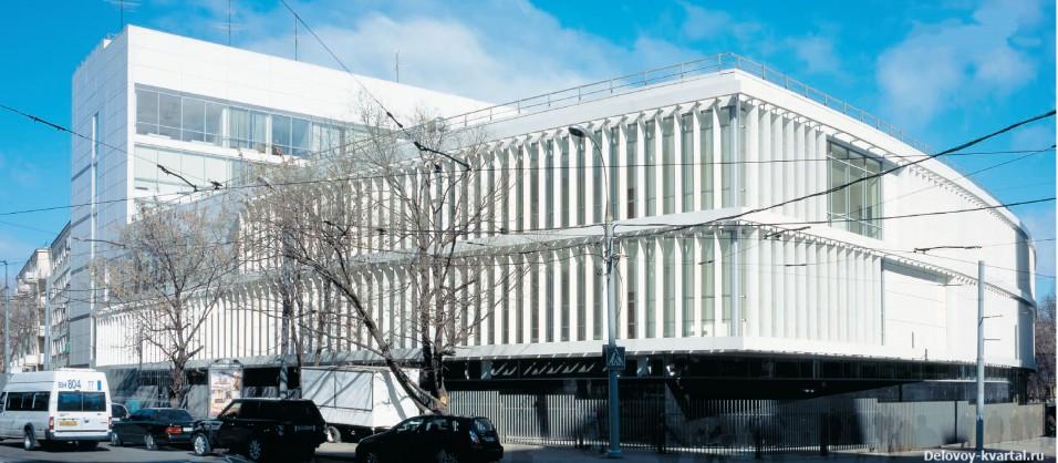 К улице Селезневской выдвинут трехэтажный корпус, в котором сосредоточены залы заседаний.