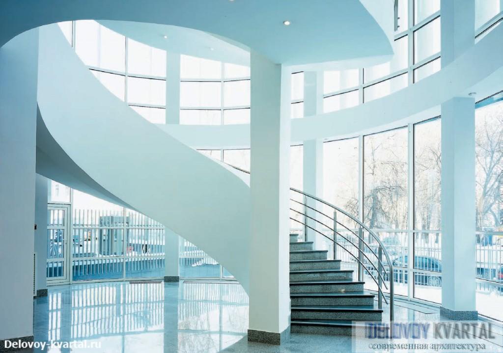 Скругленный угол корпуса 2 скрывает в себе удивительно красивый и светлый зал с витой лестницей, ведущей к залам заседаний
