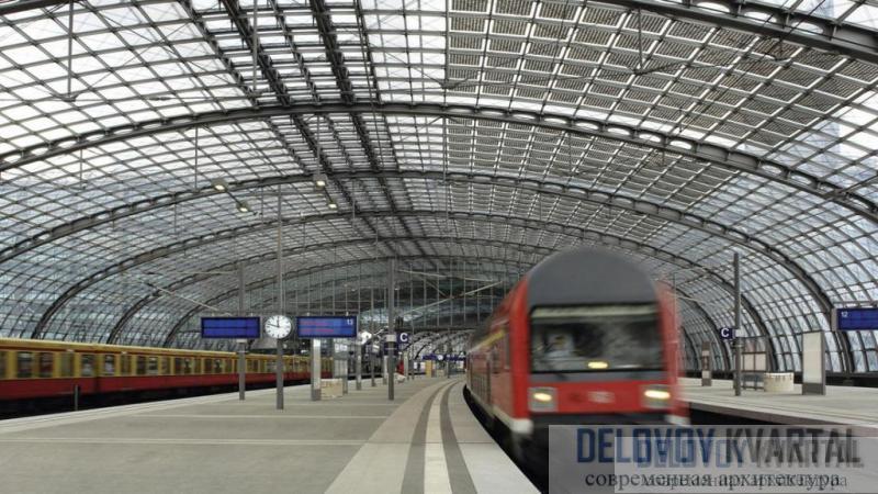 Стеклянная крыша наземной станции перекрывает ее единым безопорным сводом