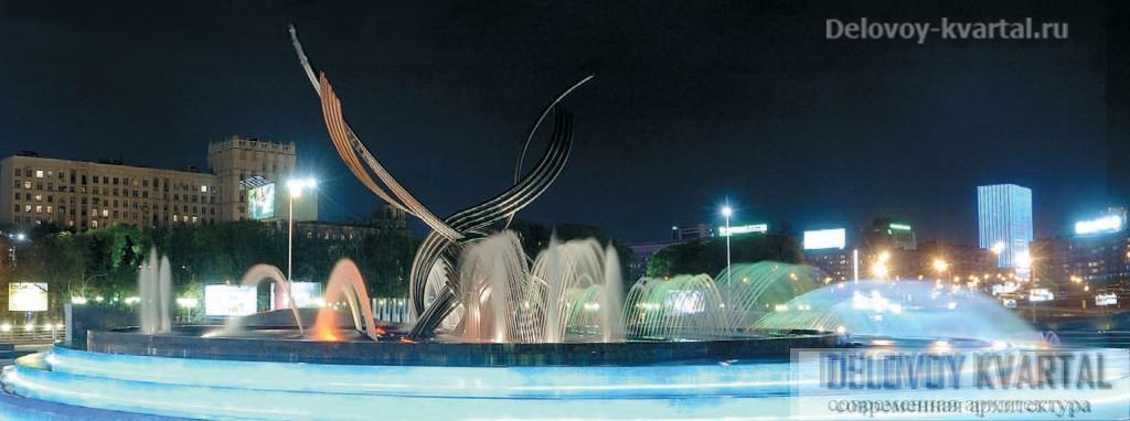 В композицию фонтана на площади Европы органично вписываются видеофасады гостиницы «Золотое кольцо», расположенной на другом берегу Москвы-реки. Ночное освещение города