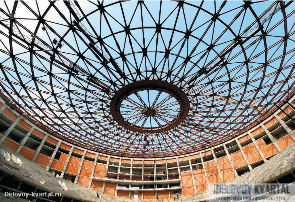 Вид снизу с уровня арены на сетчатое покрытие. Ледовый дворец спорта
