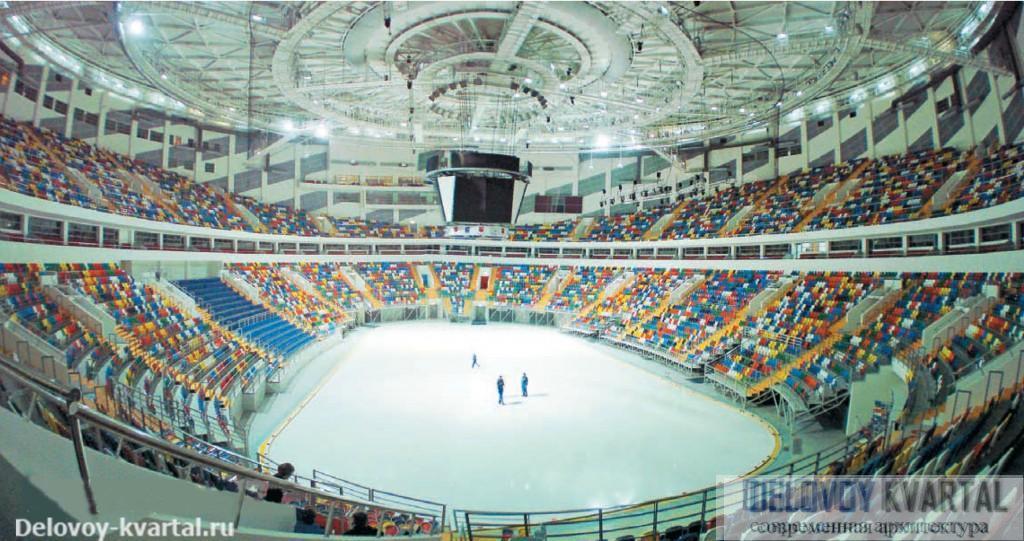 Интерьер Ледового дворца спорта. За счет круглой формы здания трибуны в торцах арены сделаны значительно меньше, чем вдоль ее длинных сторон