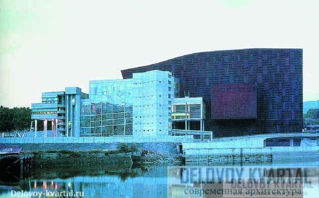 В 2003 году жюри премии Apex Award назвало Euskalduna Palace лучшим дворцом конгрессов года. Вид на здание со стороны реки