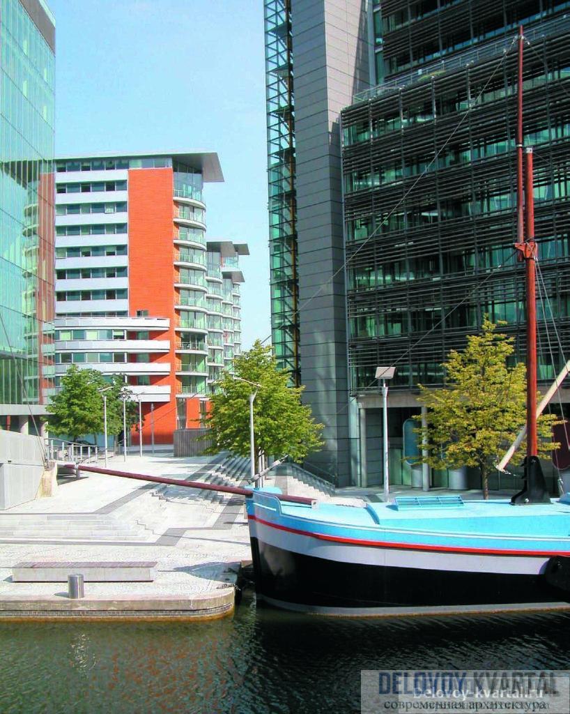 Со стороны канала открывается перспектива краснокирпичного жилого комплекса Paddington Walk (арх.: Munkenbeck + Marshall Architects)