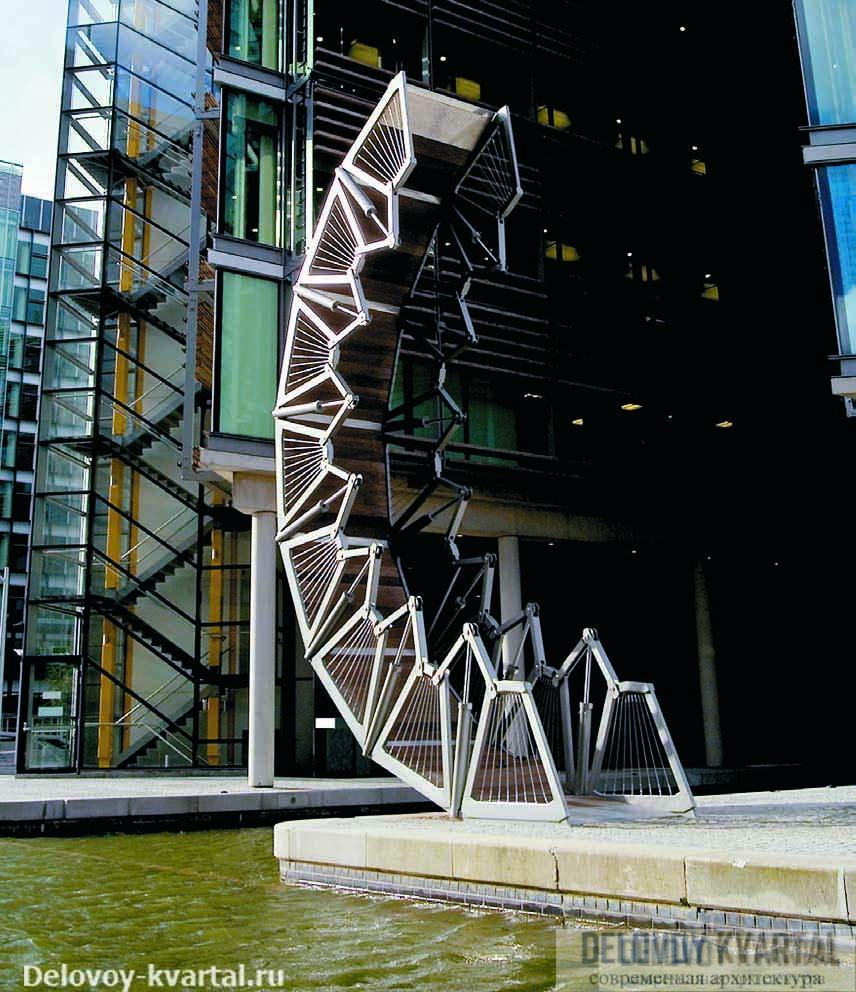 The Rolling Bridge (арх.: Heatherwick Studio) соединяет стороны комплекса Waterside