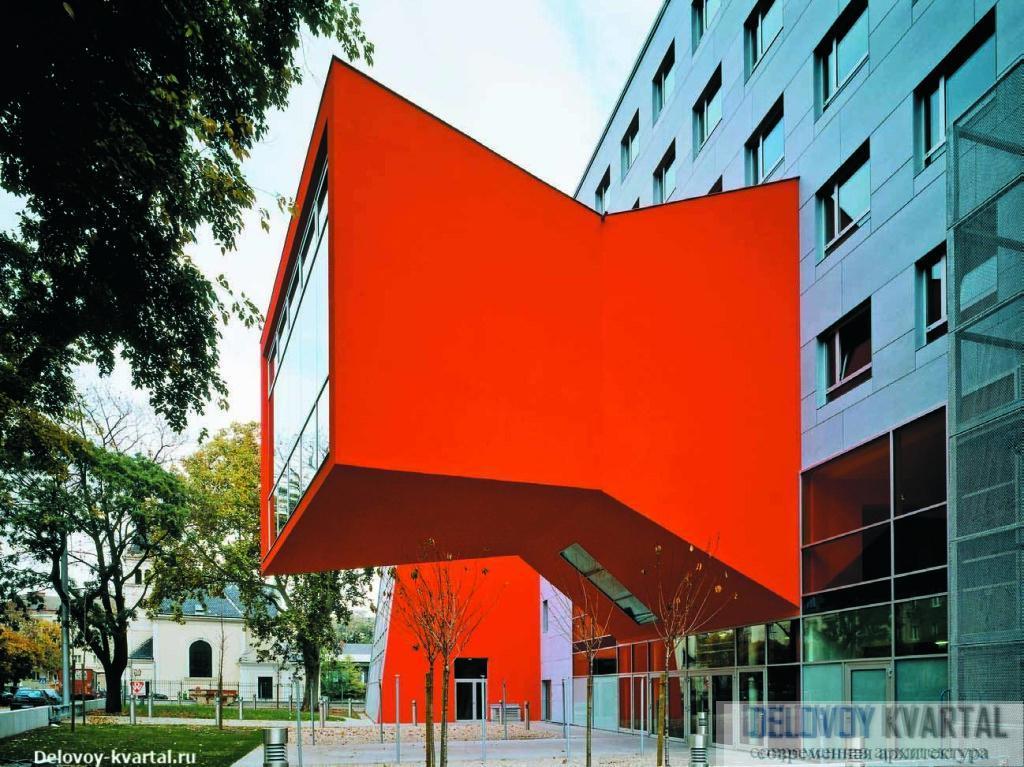 Активный красный цвет создает дополнительные яркие акценты на обоих длинных фасадах здания