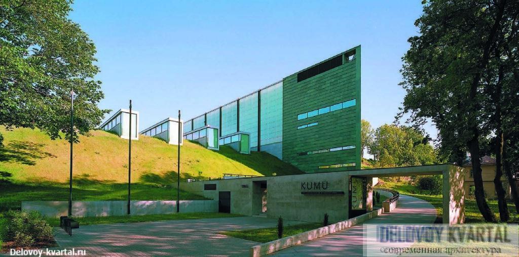 Пандус, ведущий к зданию музея со стороны парка Кадриорг