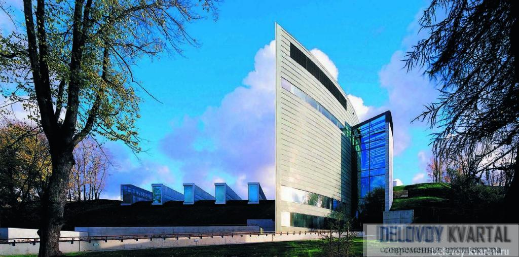 Композиция здания построена на столкновении контрастных по форме объемов