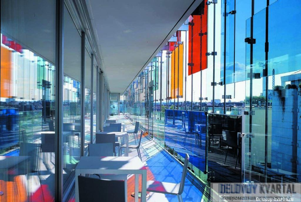 Внутренний вид одной из верхних галерей. Так как планировка свободная, галереи лишены своей обычной функции — связывать отдельные части здания.