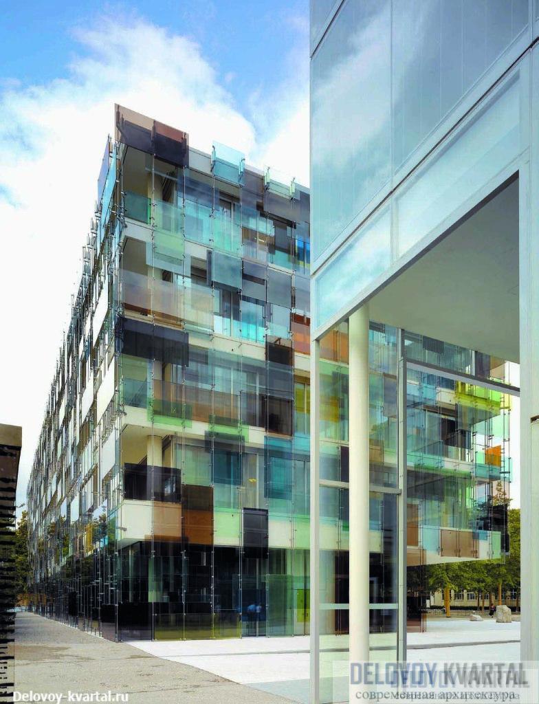 Офисное здание Novartis, Базель. Novartis Pharma AG. Вид здания с востока. На переднем плане — дом по Фабрикштрассе, 4 (арх.: SANAA)