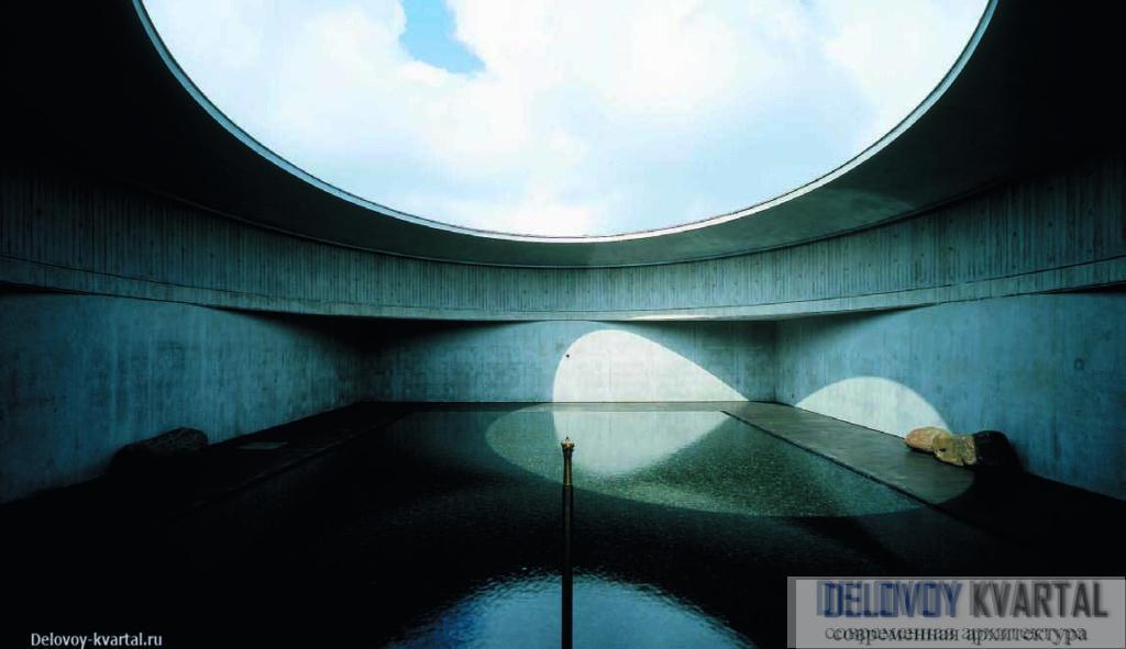 В музее «Вода» драматургия пространства строится на взаимодействии строгого квадратного водоема и переменчивого неба