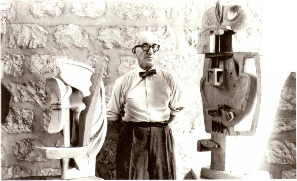 Ле Корбюзье представляет свою скульптуру для выставки в Музее современного искусства в Париже. 1953 г.