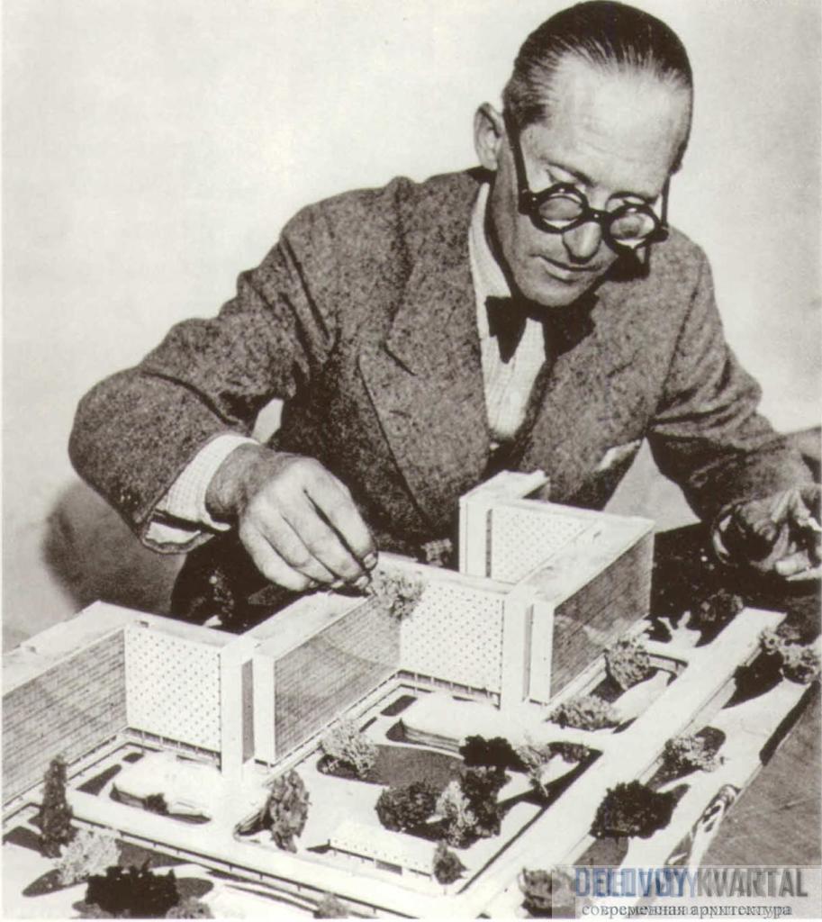 Ле Корбюзье с макетом «Лучезарного города». Фотография ок. 1930 г.