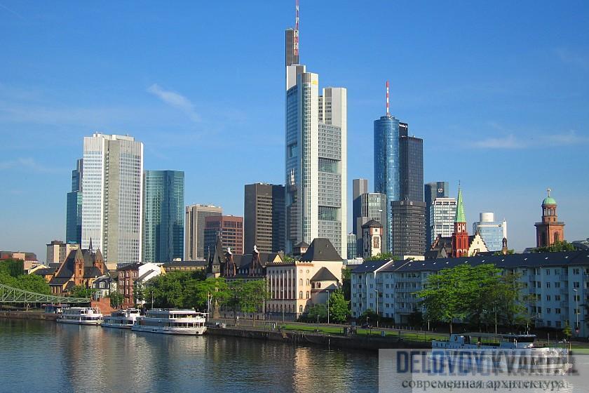Башня Коммерцбанка делит франкфуртское небо с другими высотными зданиями. Помимо небоскреба Фостера, здесь также находятся Мессетурм, Европатурм и здание DZ Банка.