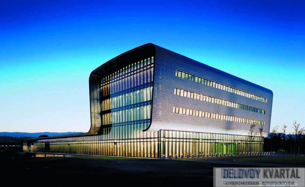 Здание штаб-квартиры часовой компании Vacheron Constantin напоминает шкатулку для драгоценностей – снаружи оно обшито металлическими пластинами, а изнутри – панелями из дерева ценных пород