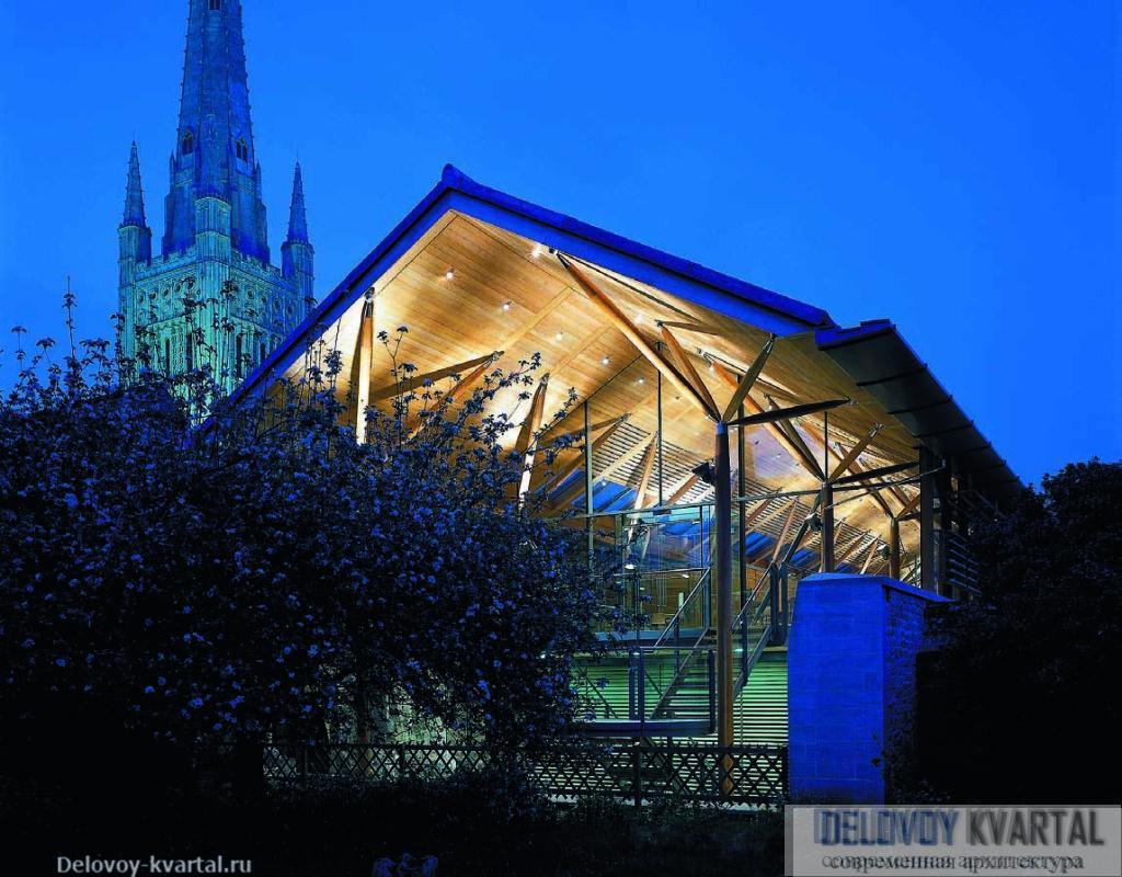 Трапезная вечером. Неподалеку – знаменитый средневековый собор, центр комплекса