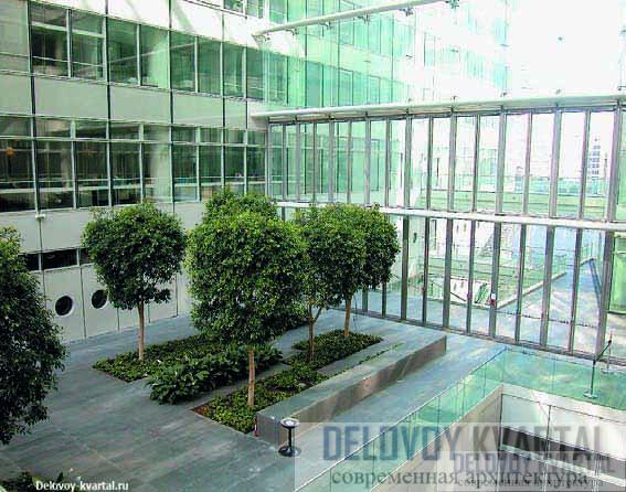 Высокий вестибюль с внутренним садом – любимо место отдыха всех, кто работает в здании