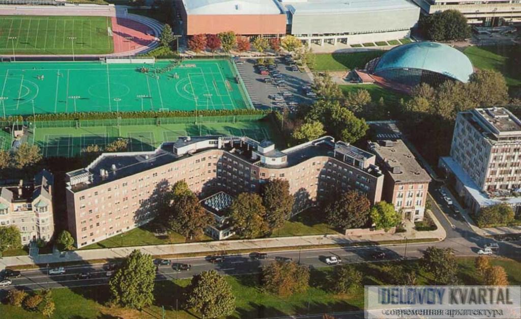 Студенческое общежитие Массачусетского технологического института (TIM) с высоты птичьего полета. Кембридж, штат Массачусетс, США