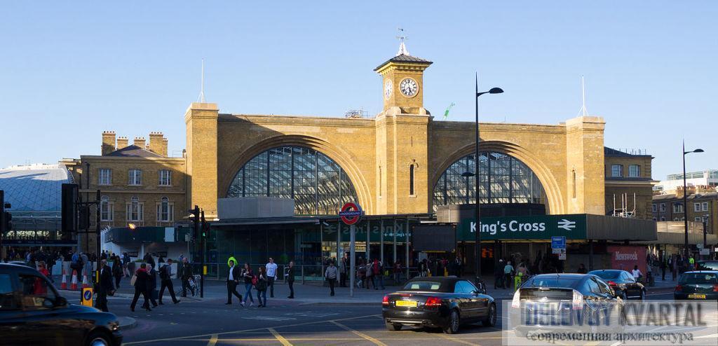 Вокзал Кингс-Кросс. Простая кирпичная конструкция с двумя полукруглыми арками, продолжающими линию депо, расположенных позади. Единственное украшение – башня в итальянском стиле.