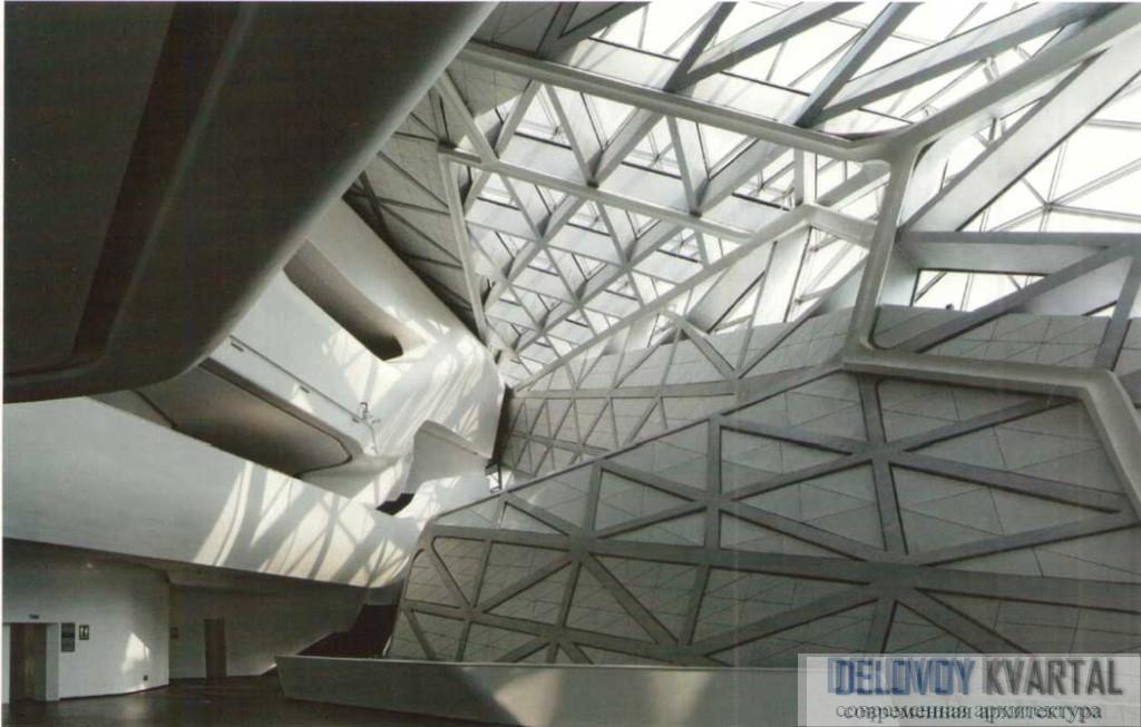 Фрагмент остекления крыши, позволяющего естественному свету проникать в интерьер