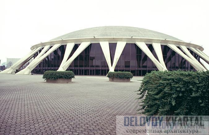 Арена Норфолк конструкции П. Л. Нерви. Архитектору удалось максимально остеклить фасад здания за счет построения тонкостенного бетонного каркаса.
