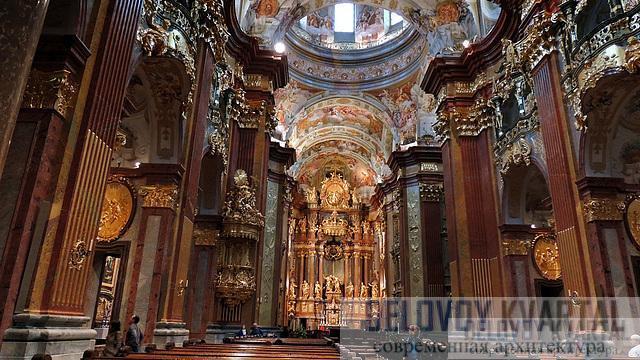 Внутреннее убранство аббатской церкви, вид на алтарь.