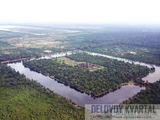 Комплекс окружен рвом длиной 6,4 км и шириной 180 м.