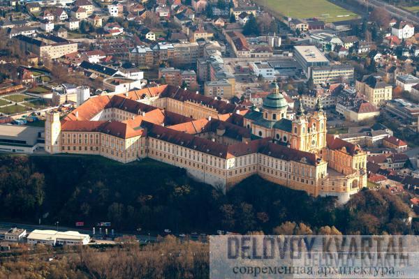 Аббатство возвышается чад рекой Дунай и представляет собой прекрасный пример архитектуры стиля барокко.