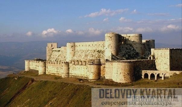 На этой фотографии можно увидеть удивительно мощные и цельные укрепления, которыми славится замок.