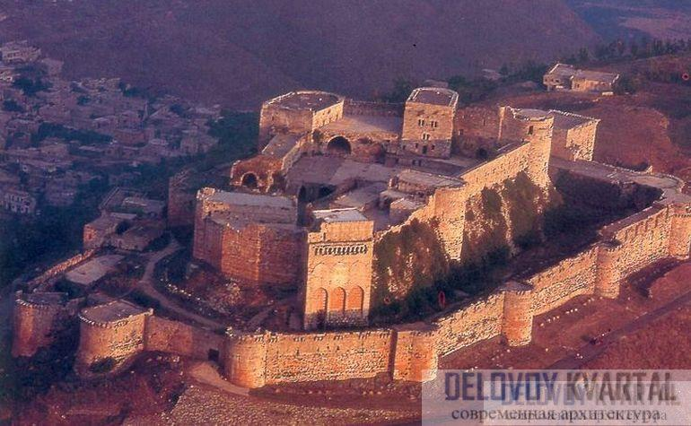 Израненные стены замка крестоносцев Крак де Шевалье выдержали множестве атак и выстояли.