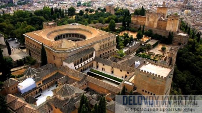 Альгамбра представляет собой дворец, превращенный в крепость. Он надежно укреплен и одновременно с этим богато украшен - колонны в Дворике львов.
