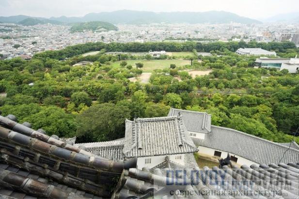 Вид из главного здания замка на город внизу (слева). Крыши замка-крепости в Осаке