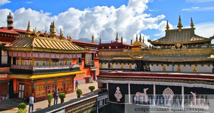 Крыши дворца позолочена, как и скульптурные украшения на карнизах и краях крыш