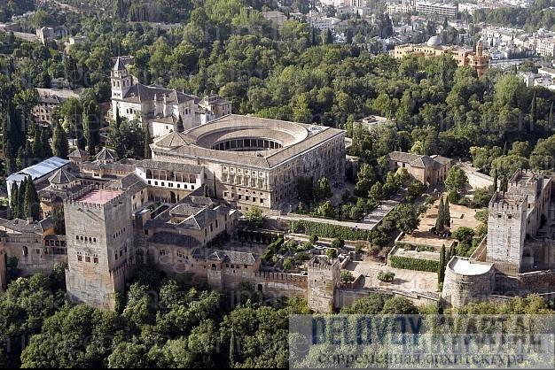 Комплекс дворцов, соединенных проходами - здесь и личные покои, и общественные здания