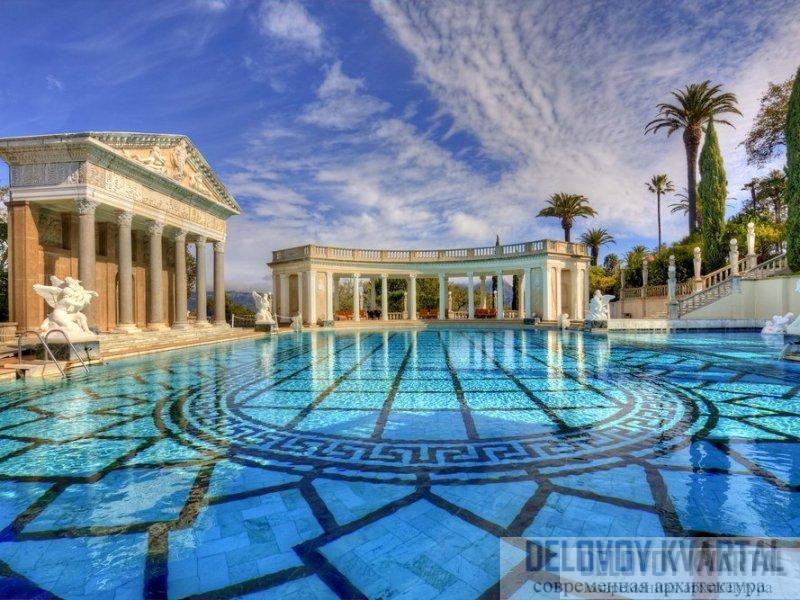 Один из двух бассейнов, бассейн Нептуна с ионическими колоннами вокруг и фасадом храма в коринфском стиле. В основном стиль взят из Италии, оттуда же привезены и античные статуи.