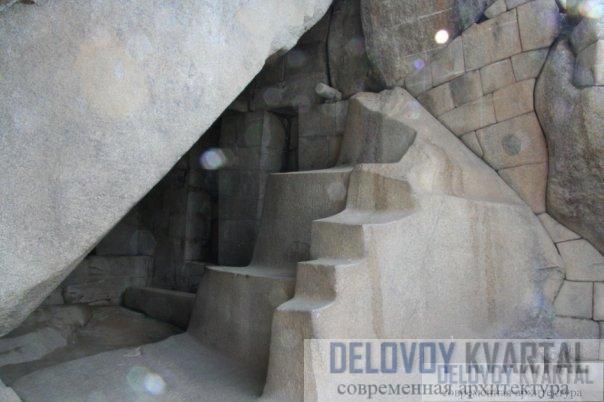 Некоторые из самых потрясающих шедевров инки вырубили прямо в скале, как вот эту маленькую пещеру в гробнице правителей.