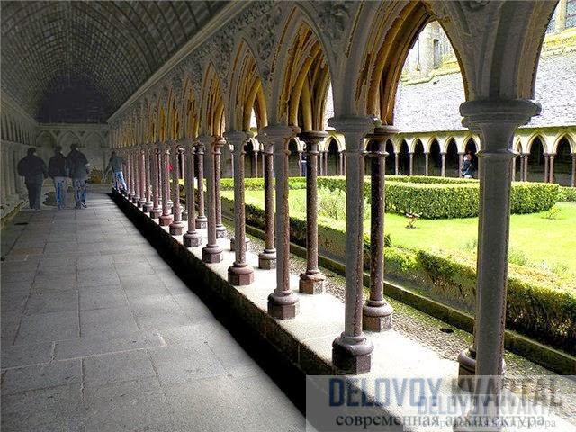 Кельи и колоннада аббатства X века, которое сейчас снова принадлежит ордену бенедиктинцев.